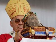 Cardinal Miloslav Vlk avec le crâne de saint Venceslas, photo: CTK