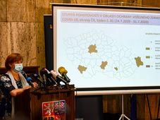 Jarimla Ražová presentó este lunes un mapa que identifica los diferentes niveles de riesgo de contagio de coronavirus en el país, foto: ČTK / Roman Vondrouš