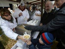 Мэр Праги Адриана Крначова угощает прохожих супом, Фото: ЧТК