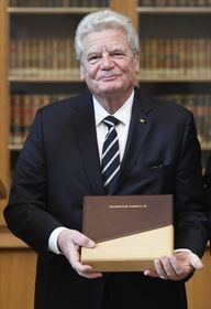 Joachim Gauck mit dem Preis Karls IV. (Foto: ČTK / Ondřej Deml)