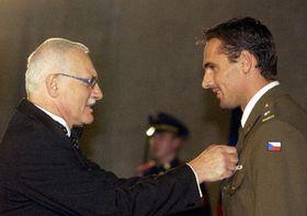 El presidente está otorgando la condecoracion estatal a Roman Sebrle, foto: CTK