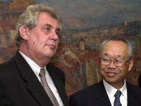 Premier ministre Milos Zeman et Joshio Ishizaka, viceprésident de Toyota, photo: CTK