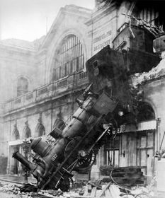 L'accident à la gare Montparnasse à Paris en 1895, photo: public domain