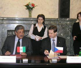 De izquierda: Secretario de Turismo mexicano, Rodolfo Elizondo Torres, Pavel Nemec, el ministro para el Desarrollo Local checo, foto: CTK