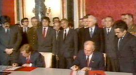 Václav Havel aMichail Gorbačov podepisují smlouvu oodchodu sovětských vojsk, foto: ČT24