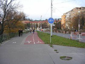 Велосипедная дорожка в Праге-Подоли, фото: ŠJů, Wikimedia Commons, CC BY 2.5