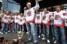 Jaromír Jágr saludando a la muchedumbre en la Plaza de la Ciudad Vieja. Foto: ČTK