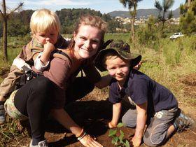 Irena DeLave jezdí do Guatemaly ise svými syny. Vhorských oblastech provincie Quiché sázejí stromy, apomáhají tak oblast zalesňovat. Foto: archiv organizace Love for Guatemala