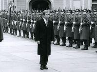 Václav Havel vor der Burgwache im Dezember 1989 (Foto: Archiv des Militärhistorischen Instituts)