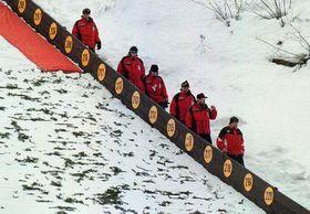 Rozhodčí scházejí smůstku po zrušení tréninku pro nepříyeň počasí, Foto: ČTK