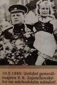 10.5.1945 года генерал-майора В. К. Зайончковского приветствуют на площади г. Наход, фото: Архив Ольги Яценко
