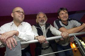 Režisér Jan Svěrák (vpravo), který spolu skolegou Martinem Dostálem (vlevo) natočil film osvém otci Zdeňku Svěrákovi (uprostřed), foto: ČTK