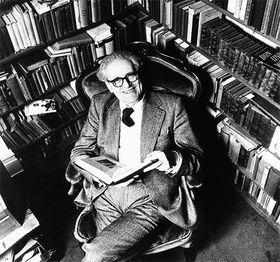 H. G. Adler inmitten seiner Bücher (Foto: Aus dem besprochenen Buch, Böhlau)