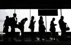 Cestující čekající na bezpečnostní prohlídku, foto: ČTK