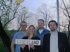 Президент Либерленда с соратниками водружают флаг нового государства (Фото: Пресс-сервис Либерланда / liberland.org)