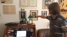 Jan Špidlen ukazuje na foto Františka Špidlena, foto: Zdeňka Kuchyňová