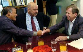 De izquierda: Reinaldo Aquit, Pedro Fuentes - Cid, Vaclav Havel (Foto: CTK)