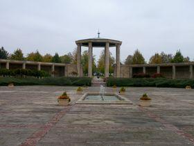Na rozdíl od husovské tradice upadají některé novější tradice vzapomnění - památník vLidicích po roce 1990 chátrá, foto: Daniel Ordóñez