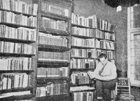 Egon Erwin Kisch in seiner Bibliothek (Foto: Public Domain)