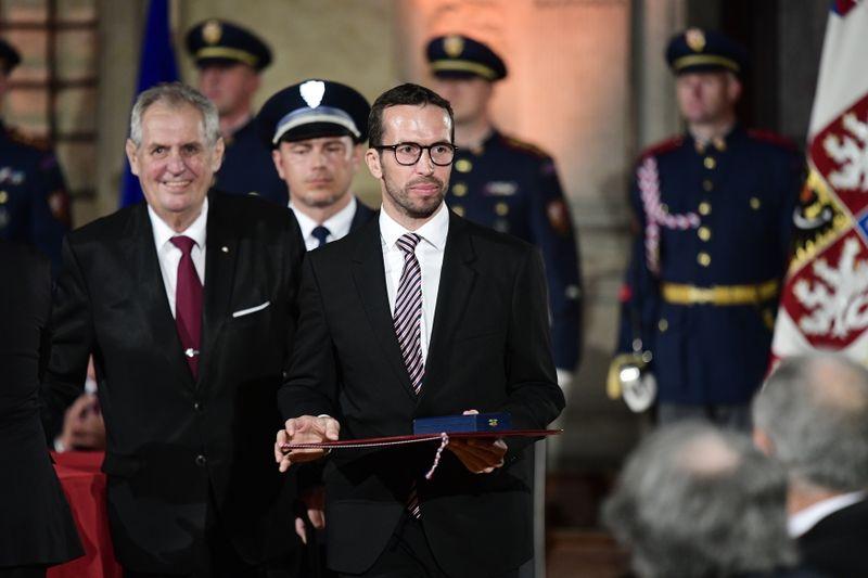 Radek Štěpánek recibe una medalla de Miloš Zeman, foto: ČTK / Roman Vondrouš