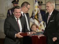 Präsident Zeman hat den ehemaligen deutschen Bundeskanzler Gerhard Schröder ausgezeichnet (Foto: ČTK)