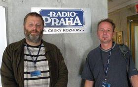 Josef Šedivý, uno de los organizadores de la participación checa (a la izquierda), y el participante en el Homeless World Cup, Pavel (Foto: Ivana Vonderková)