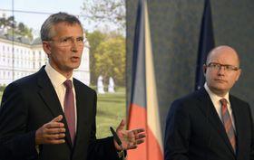 Генеральный секретарь НАТО Йенс Столтенберг и премьер-министр Чехии Богуслав Соботка (Фото: ЧТК)
