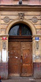Za těmito dveřmi se nacházel dvůr s tovarnou na azbest
