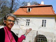 Meda Mládková standing in front of the Werich's villa, photo: CTK