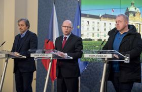 Министр обороны Мартин Стропницки (слева), премьер Богуслав Соботка и глава МВД Милан Хованец, Фото: ЧТК