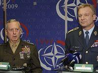James Mattis a Vlastimil Picek (vpravo), foto: ČTK