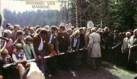 Freudestrahlend trafen sich die Menschen zum Maifeiertag 1990 am Schlagbaum zwischen Mähring und Broumov. Am 30. April erwarteten die Mähringer die zahlreichen Besucher aus der Tschechoslowakei (links). Der Gegenbesuch fand schon einen Tag später statt (rechts). Quelle: Archiv Mähring