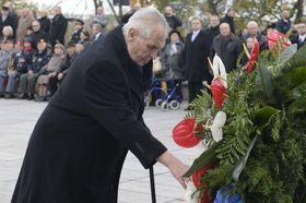 Miloš Zeman klade jeden zvěnců na Vítkově, foto: ČTK