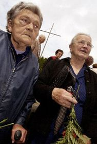Несколко сотен человек почтили 9 июня 2002 г. паметь жертв трагедии в Лидицих (Фото: ЧТК)