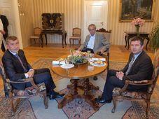 De izquierda: Andrej babiš, Miloš Zeman y Jan Hamáček, foto: Jiří Ovčáček / Twitter