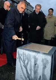 President Stjepan Mesic unveiling the foundation stone to a monument to Nikola Tesla, photo: CTK