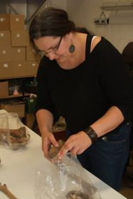Petra Havelková připravuje kosterní pozůstatky kvýzkumu, foto: Martina Bílá