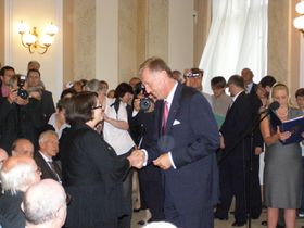 Premier Mirek Topolánek zeichnet Franziska Groszer aus (Foto: Martina Stejskalová)
