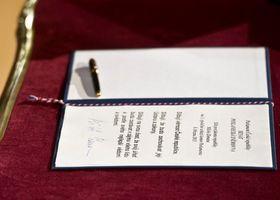 Подпись Милоша Земана на президентской присяге 2013 г., фото: Филип Яндоурек