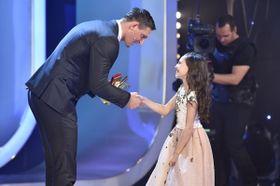 Charlotte Ella Gottová recibe el Ruiseñor número 41 para su padre, Karel Gott, foto: ČTK