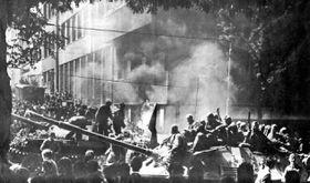 Srpen 1968, před budovou Českého rozhlasu