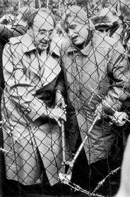 Ministři zahraničí ČSSR aNSR Jiří Dienstbier (vpravo) aHans-Dietrich Genscher (vlevo) symbolicky přestřihují hraniční dráty uRozvadova, 23. prosince 1989, foto: ČTK
