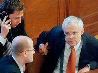 Zleva ministr vnitra Stanislav Gross, ministr financí Bohuslav Sobotka a premiér Vladimír Špidla, foto: ČTK