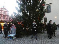 Vánoční strom s charitativní sbírkou u Pražského hradu, foto: Markéta Kachlíková