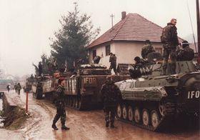 Soldados checos y británicos en el pueblo de Donja Ljubija, foto: archivo de VHÚ