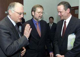 Gunter Verheugen, Per Stig Moller y Cyril Svoboda, Foto: CTK