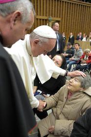 Papst Franziskus mit Jarmila Vrzáčková (Foto: Servizio Fotografico - L'Osservatore Romano)