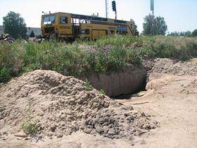 Hliník zabíhající pod železniční trať, foto: autor