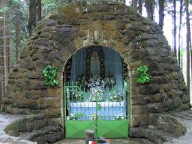 Cueva de Lourdes con la estatuilla de Nuestra Señora de Lourdes, foto: RomanM82, CC BY-SA 3.0 Unported