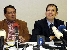 Místopředseda ČSSD Jiří Paroubek (vlevo) a odcházející premiér a šéf ČSSD Stanislav Gross, foto: ČTK